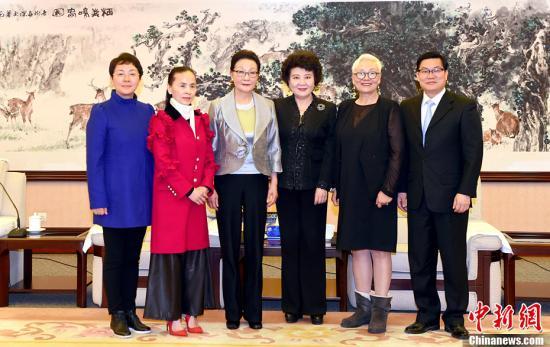 3月30日,中国国务院侨务办公室主任裘援平在北京会见美国知名侨领方李邦琴女士。<a target='_blank' href='http://www.chinanews.com/'>中新社</a>记者 张勤 摄