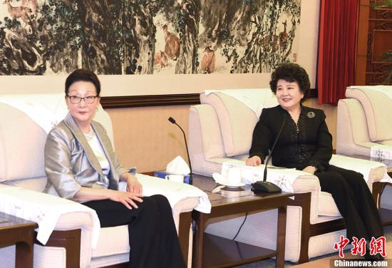3月30日,中国国务院侨务办公室主任裘援平(右)在北京会见美国知名侨领方李邦琴女士。<a target='_blank' href='http://www.chinanews.com/'>中新社</a>记者 张勤 摄
