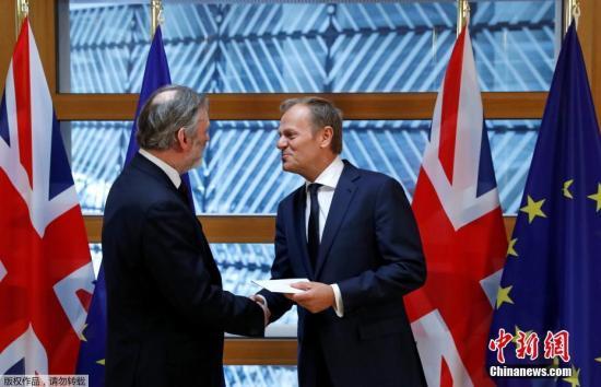 """英国首相特蕾莎・梅28日晚间签署英国启动""""脱欧""""程序的通知信函,这份信函在29日午间由英国驻欧盟大使蒂姆?巴罗递交至欧洲理事会主席图斯克手中。"""
