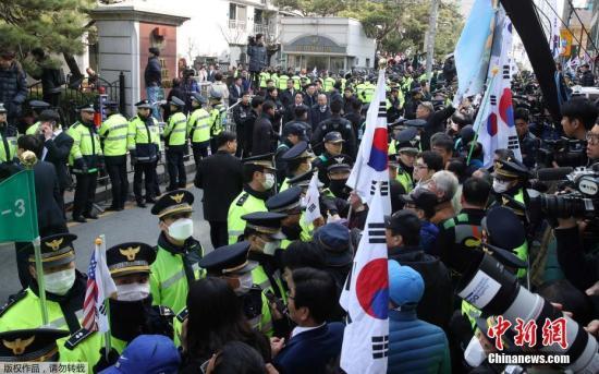 由于这是韩国宪政历史上首次对前任总统进行拘捕令实质审查,因此对于保护方式、等待地点以及在法庭内如何展开法理攻防战都引起人们的关注。