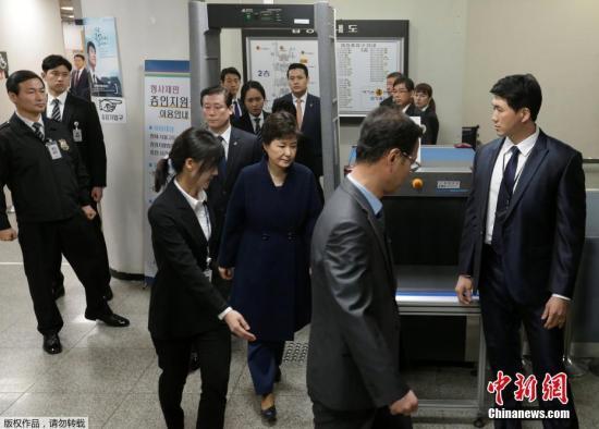 当地时间3月30日,韩国法院就是否批捕前总统朴槿惠进行审理,朴槿惠以犯罪嫌疑人身份出庭接受拘捕令实质审查。法院将根据控辩立场和案卷等材料决定是否签发对朴槿惠的拘捕令。批捕与否,法院方面最早将于30日深夜或31日凌晨作出决定。