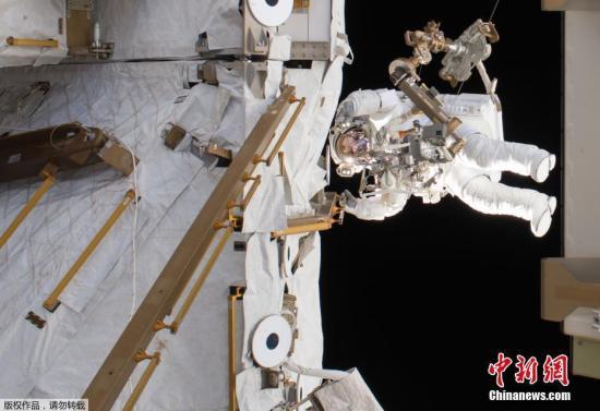 24日的太空行走由欧洲航天局(ESA)的飞行工程师托马斯·佩斯凯和第50航组的指挥官、NASA宇航员肖恩·金布罗进行了此次太空行走。两位宇航员成功地断开了加压接头-3(PMA-3)上的电缆和电气连接,为3月26日进行的机器移动做好了准备。他们还为机械臂涂抹了润滑,检查了散热器阀门,并为空间站的日本区域更换了摄像机。