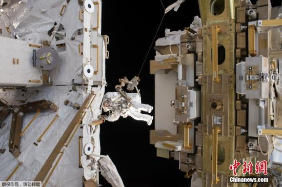 资料图:国际空间站的宇航员进行太空行走。