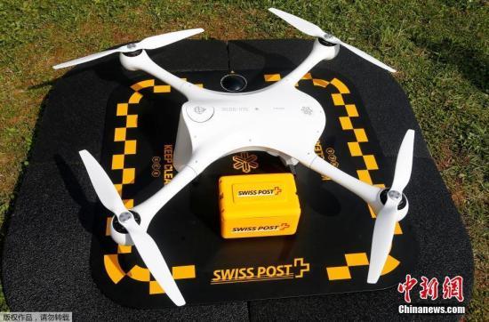 当地时间3月31日,瑞士卢加诺,瑞士邮政局通过无人飞机将医用实验样品送抵医院实验室外的停机坪上。