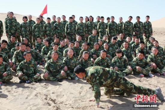 资料图:甘肃张掖学生进行军训。刘国龙 摄