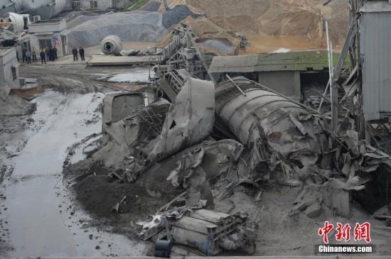 资料图:湖南一家混凝土公司水泥罐体发生坍塌事故。 <a target='_blank' href='http://www.chinanews.com/'>中新社</a>记者 杨华峰 摄