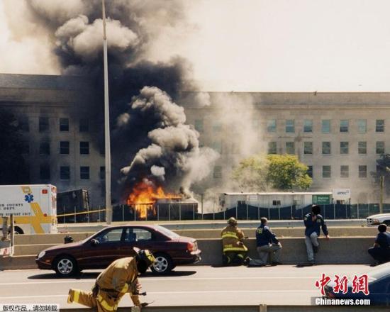 2017年3月30日,美国FBI首次公布了这组2001年9月11日基地恐怖分子袭击五角大楼后数小时内拍摄的照片。图为消防队员和联邦调查局特工躲在路障后面,五角大楼上的火焰正在燃烧,他们不知道是否还会发生另一次袭击。