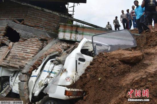 当地时间4月1日,印尼东爪哇省波诺罗戈发生山体滑坡,17人失踪或被埋。