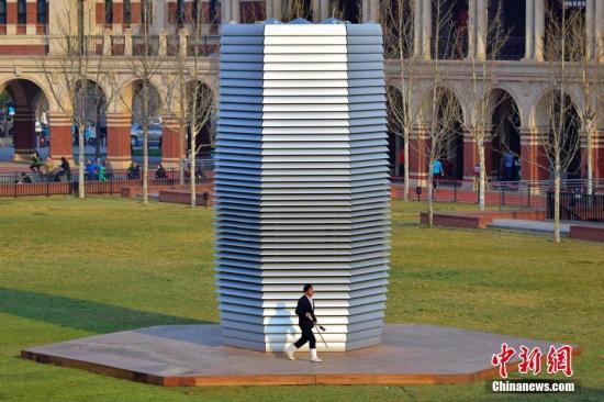 """4月1日,由荷兰设计团队制造的""""雾霾净化塔""""亮相天津民园广场,据悉,该净化塔高7米,通过静电吸附技术捕捉并收集空气中的颗粒物,有效分解空气中的有害物质,同时全方位释放清新空气。中新社记者 佟郁 摄"""