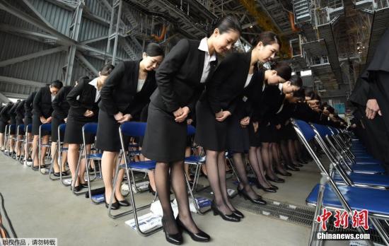当地时间4月1日,日本全日空集团在东京举行新职员入职仪式,2800名新职员正装参加运作整齐划一。
