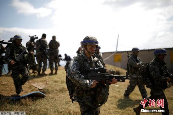 """当地时间4月2日,韩国浦项市,韩国海军参加韩美联合军演""""鹞鹰""""登陆演习。"""