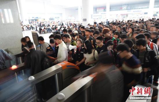 资料图:旅客排队进站。鲍赣生 摄