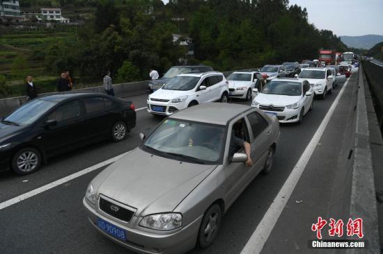 资料图:图为高速路上的汽车。陈超 摄
