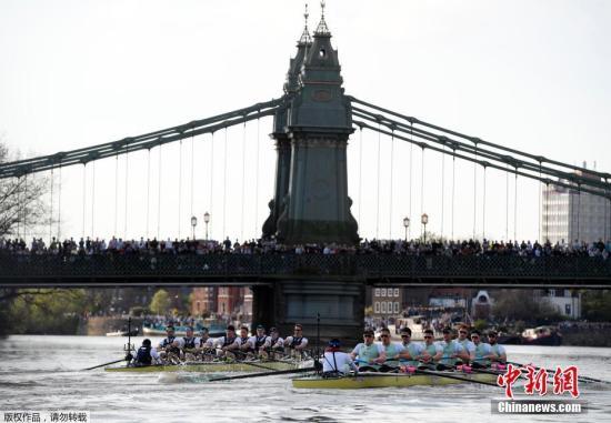 资料图:当地时间2017年4月2日,2017年牛津剑桥赛艇对抗赛在英国伦敦泰晤士河上举行。