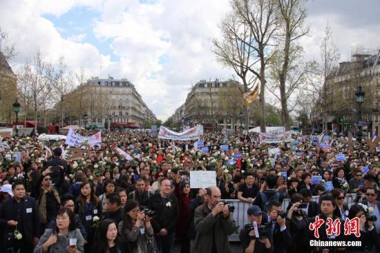 """巴黎华侨华人4月2日在巴黎共和国广场举行大型集会,悼念在巴黎家中被警察开枪射杀的浙江青田籍华侨刘少尧,发出寻求""""真相、公正、尊严""""的呼声。中新社记者 龙剑武 摄"""