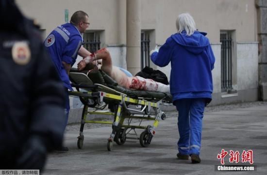 """当地时间4月3日,俄罗斯圣彼得堡地铁""""先纳亚广场""""和""""技术学院""""两个地铁站发生爆炸。图为""""先纳亚广场""""地铁站爆炸事件的伤员被抬出。"""
