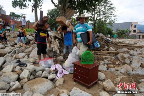 资料图:当地时间4月2日,哥伦比亚泥石流灾区当地的搜救工作持续进行。