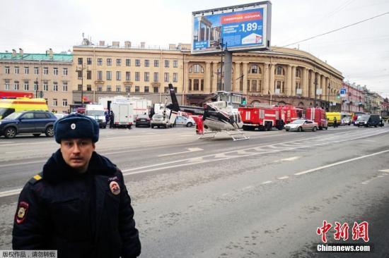 """当地时间4月3日,俄罗斯圣彼得堡地铁""""先纳亚广场""""和""""技术学院""""两个地铁站发生爆炸。此前多家媒体消息称,爆炸造成至少10人受伤;另据塔斯社援引警方消息指,爆炸造成10人死亡。图为""""技术学院""""地铁站外警方封锁现场,救援直升机抵达。"""