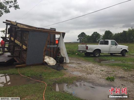 资料图:遭到龙卷风袭击毁坏的拖车房屋。