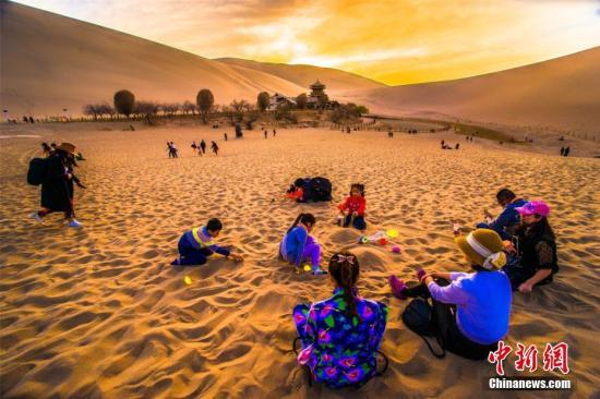市民到大漠游玩(资料图)。王斌银 摄