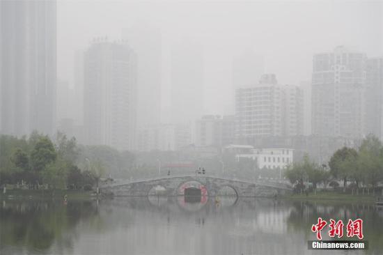 资料图:2017年4月5日,武汉局部遭遇大雾,景致相映衬如同水墨画。 张畅 摄