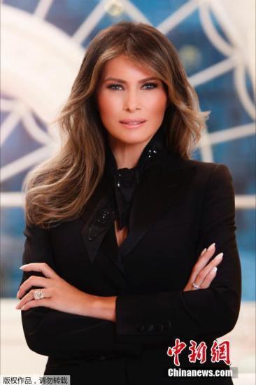 据英国《每日邮报》4月3日报道,白宫首次发布了第一夫人梅拉尼娅?特朗普的官方照片,照片中梅拉尼娅手上戴着结婚十周年特朗普送她的25克拉的戒指,显得格外注目。该图显示第一夫人梅拉尼娅站在白宫住宅内独特的拱形窗口前面,身穿黑色外套,并围着黑色围巾。梅拉尼娅目前居住在纽约,陪伴儿子上学,将在儿子完成现阶段学业后搬到白宫居住。(文字来源:环球网)