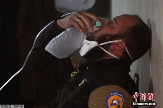资料图片:叙利亚发生化武袭击事件,受伤人员正在吸氧。