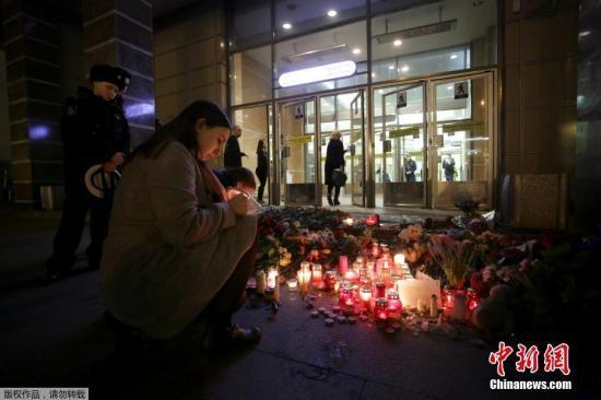 当地时间2017年4月4日,俄罗斯圣彼得堡地铁站,民众献花点烛悼念圣彼得堡地铁爆炸遇难者。