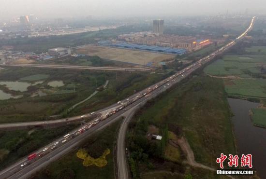 资料图:成乐高速公路(桥下)眉山往成都方向的车辆通行。记者 刘忠俊 摄