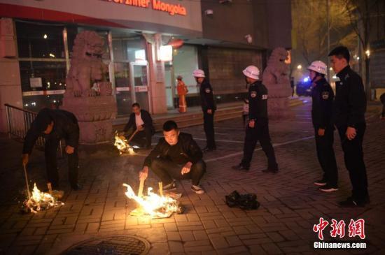 资料图:市民街头烧纸钱。/p中新社记者 刘文华 摄