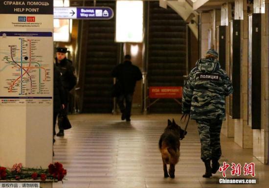 """当地时间4月4日,俄罗斯圣彼得堡技术学院站内,警方带着警犬巡逻。4月3日下午,圣彼得堡地铁""""干草广场站""""和""""技术学院站""""之间的地铁车厢发生爆炸,事故造成14人死亡。"""