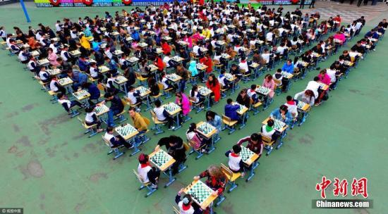 资料图:千人对弈。 沈阳 摄 图片来源:视觉中国
