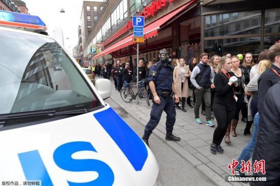 瑞典警方当地时间4月7日称,一辆卡车当天冲入首都斯德哥尔摩市中心人群,造成人员受伤。据称,有5人在这起事件中丧生。