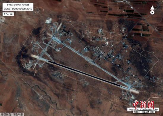 美国国防部公布的叙利亚霍姆斯Shayrat空军基地的卫星图像。
