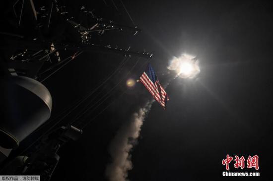 资料图:美军阿利·伯克级驱逐舰波特号发射导弹空袭叙利亚的瞬间。