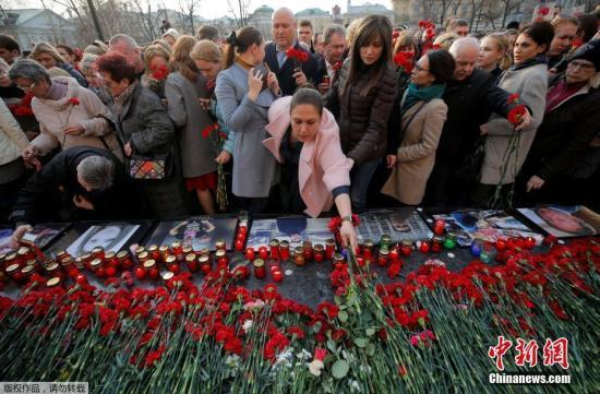 当地时间2017年4月6日,俄罗斯莫斯科,莫斯科市中心当日举行反恐集会,悼念圣彼得堡地铁站爆炸遇难者。