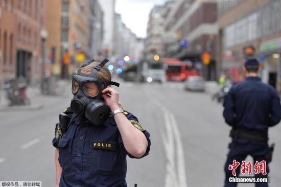瑞典警方当地时间4月7日称,一辆卡车当天冲入首都斯德哥尔摩市中心人群,5人在这起事件中丧生。