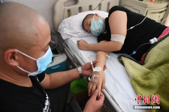 资料图:白血病患儿躺在病床上。 张瑶 摄