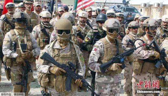 """当地时间4月6日,科威特舒瓦克港,来自科威特、美国及其他海湾合作委员会国家的士兵参加""""2017决断之鹰""""联合军事演习。1000名美军士兵参加了此次演习。"""