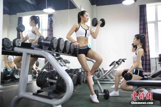 无氧锻炼肌肉塑性结果更好。 钟欣 摄