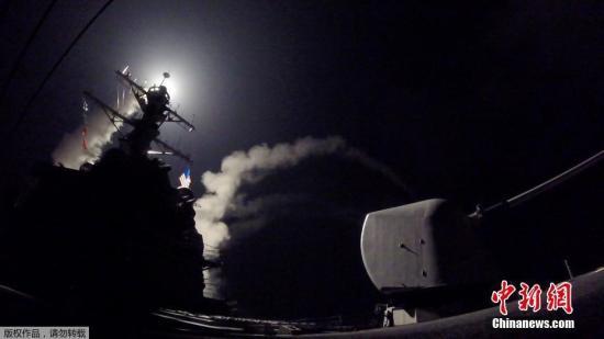 美军阿利·伯克级驱逐舰波特号发射导弹瞬间。