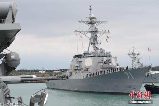 """报道称,美军向霍姆斯省的Shayrat空军基地发射导弹,打击目标中包括飞机起降跑道和燃油补给点等。据悉,这批""""战斧""""巡航导弹是从美军停在地中海区域的波特号和罗斯号驱逐舰上发射的。图为美军""""罗斯号""""驱逐舰。(资料图)"""