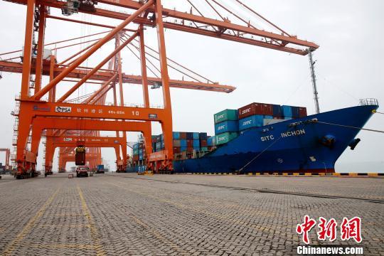 资料图 一艘外轮停靠在钦州保税港区国际集装箱泊位卸货。 曾开宏 摄