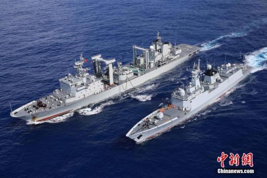 高邮湖舰为扬州舰进行油水补给。 <a target='_blank' href='http://www.chinanews.com/'>中新社</a>发 林健 摄