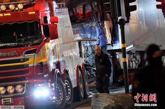 资料图:瑞典发生车撞人事件,造成十余人死伤。消防部门将撞人卡车拖走。