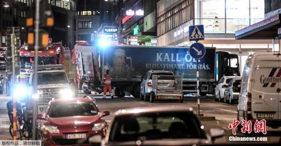 嫌犯驾驶卡车高速冲入市中心皇后街人群,最终撞向一处购物中心。事发后,警方封锁事发区域并疏散人群,议会大厦也已封闭戒严,市中心所有地铁线路都暂时停运。图为事发现场。