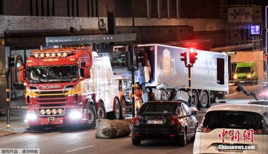 """图为撞向人群的卡车。瑞典首相勒文表示,所有迹象显示,斯德哥尔摩发生的卡车撞人事件是""""一场恐怖袭击""""。"""