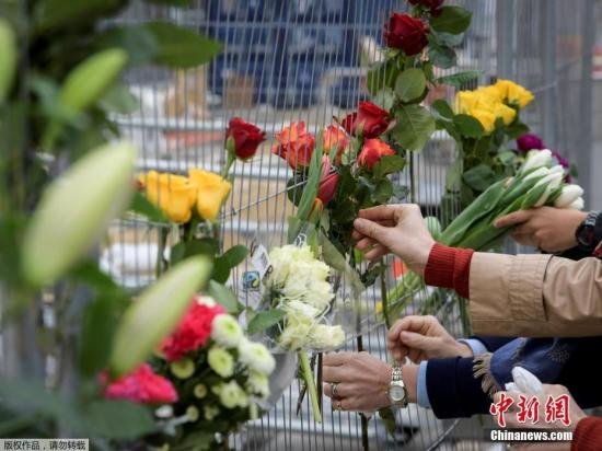 当地时间2017年4月8日,瑞典斯德哥尔摩,当地民众献花悼念卡车冲撞人群事件遇难者。7日下午,一辆卡车冲入人群,导致5人死亡多人受伤。