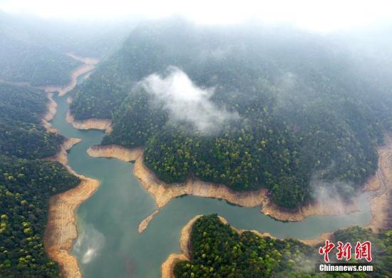 资料图:俯瞰江西井冈山五指峰山脚下的井冈湖。 刘占昆 摄