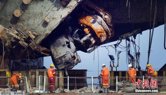 """2014年4月16日,载有476人的世越号客轮在韩国全罗南道珍岛郡屏风岛以北海域意外进水并沉没,船上仅172人获救,295人遇难,迄今仍有9人下落不明。图为当地时间3月30日,工作人员为""""世越""""号上岸做准备工作。"""